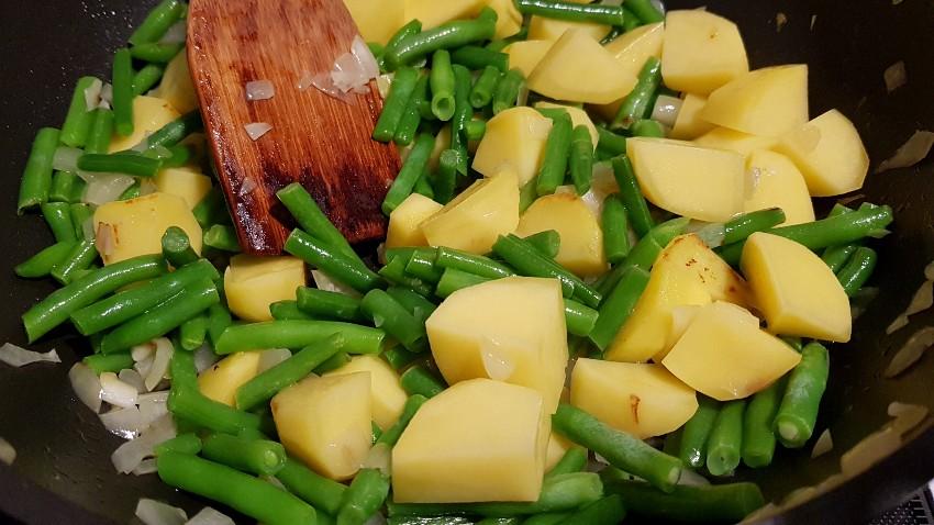 Lammrücken mit griechischem Bohnen und Kartoffelgemüse